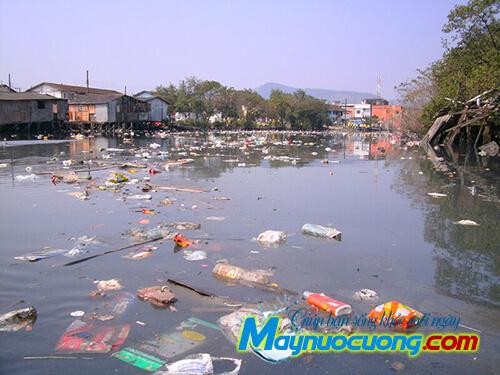 Rác thải tràn ngập trên sông